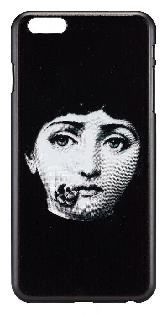 Чехол для iPhone 5/5S Пьеро Форназетти Flower KissДекор для дома<br>Рисунки известного итальянского дизайнера <br>Пьеро Форназетти — это мощный микс культурных <br>традиций и принципов сюрреализма. Неудержимое <br>творчество дизайнера и иллюстратора охватывало <br>все мыслимые и немыслимые предметы — от <br>стаканов, ваз и тарелок до зонтов, светильников <br>и предметов мебели. Лицо женщины стало самым <br>узнаваемым рисунком. Кстати, на создание <br>образа и дальнейших вариаций маэстро вдохновила <br>оперная дива Лина Кавальери. Теперь это <br>изображение добралось и до такого аксессуара <br>современного человека, как чехол для телефона. <br>На нашем сайте вы можете заказать чехол <br>для iPhone 5/5S. Чехол выполнен из чёрного пластика, <br>на обороте изображена девушка с глубокими <br>грустными, но красивыми глазами и фиалкой <br>около губ. Отверстия для наушников, камеры, <br>кнопок громкости и выключения имеются. <br>Чехол не просто стильный за счёт чёрно-белой <br>гаммы, но и является отсылкой к сюрреализму <br>и творчеству итальянского художника.<br><br>Цвет: Чёрный<br>Материал: Пластик<br>Вес кг: 0,5<br>Длина см: 7<br>Ширина см: 0,6<br>Высота см: 14