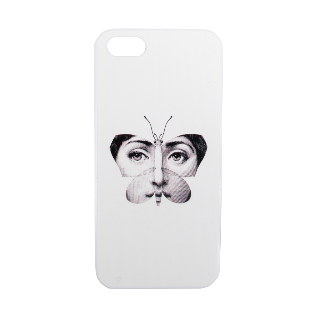 Чехол для iPhone 5/5S Пьеро Форназетти ButterflyДекор для дома<br>Рисунки известного итальянского дизайнера <br>Пьеро Форназетти — это мощный микс культурных <br>традиций и принципов сюрреализма. Неудержимое <br>творчество дизайнера и иллюстратора охватывало <br>все мыслимые и немыслимые предметы — от <br>стаканов, ваз и тарелок до зонтов, светильников <br>и предметов мебели. Лицо женщины стало самым <br>узнаваемым рисунком. Кстати, на создание <br>образа и дальнейших вариаций маэстро вдохновила <br>оперная дива Лина Кавальери. Теперь это <br>изображение добралось и до такого аксессуара <br>современного человека, как чехол для телефона. <br>На нашем сайте вы можете заказать чехол <br>для iPhone 5/5S. Чехол выполнен из белого пластика, <br>на обороте изображена фантазия на тему <br>девушки в образе бабочки. Отверстия для <br>наушников, камеры, кнопок громкости и выключения <br>имеются. Чехол не просто стильный за счёт <br>чёрно-белой гаммы, но и является отсылкой <br>к сюрреализму и творчеству итальянского <br>художника.<br><br>Цвет: Белый<br>Материал: Пластик<br>Вес кг: 0,5<br>Длина см: 7<br>Ширина см: 0,6<br>Высота см: 14