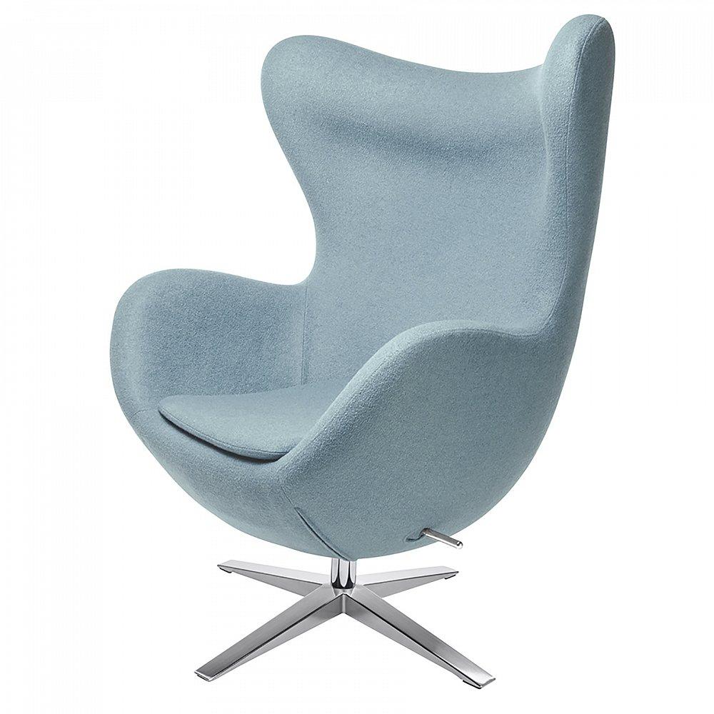 Кресло Egg Chair Светло-голубое 100% ШерстьКресла<br>Кресло Egg Chair (Яйцо) было создано в 1958 году <br>датским дизайнером Арне Якобсеном специально <br>для интерьеров отеля Radisson SAS в Копенгагене. <br>Кресло обладает исключительной привлекательностью <br>и узнаваемостью во всем мире, занимает особое <br>место в ряду культовой дизайнерской мебели <br>XX века. Оно имеет экстравагантную форму <br>и неординарное исполнение, что позволило <br>ему стать совершенным воплощением классики <br>нового времени. Кресло Egg Chair, выполненное <br>в форме яйца, подарит огромное множество <br>положительных эмоций и заставляет обращать <br>на него внимание. Прочный и массивный каркас <br>из стекловолокна, обтянутый тканью из 100% <br>шерсти, закрепленный на ножке из нержавеющей <br>стали, гарантирует долгий срок службы и <br>устойчивость. Данное кресло — это поистине <br>не стареющая классика в футуристическом <br>исполнении!<br><br>Цвет: Светло-голубой<br>Материал: Металл, Шерсть<br>Вес кг: 37<br>Длина см: 82<br>Ширина см: 76<br>Высота см: 105