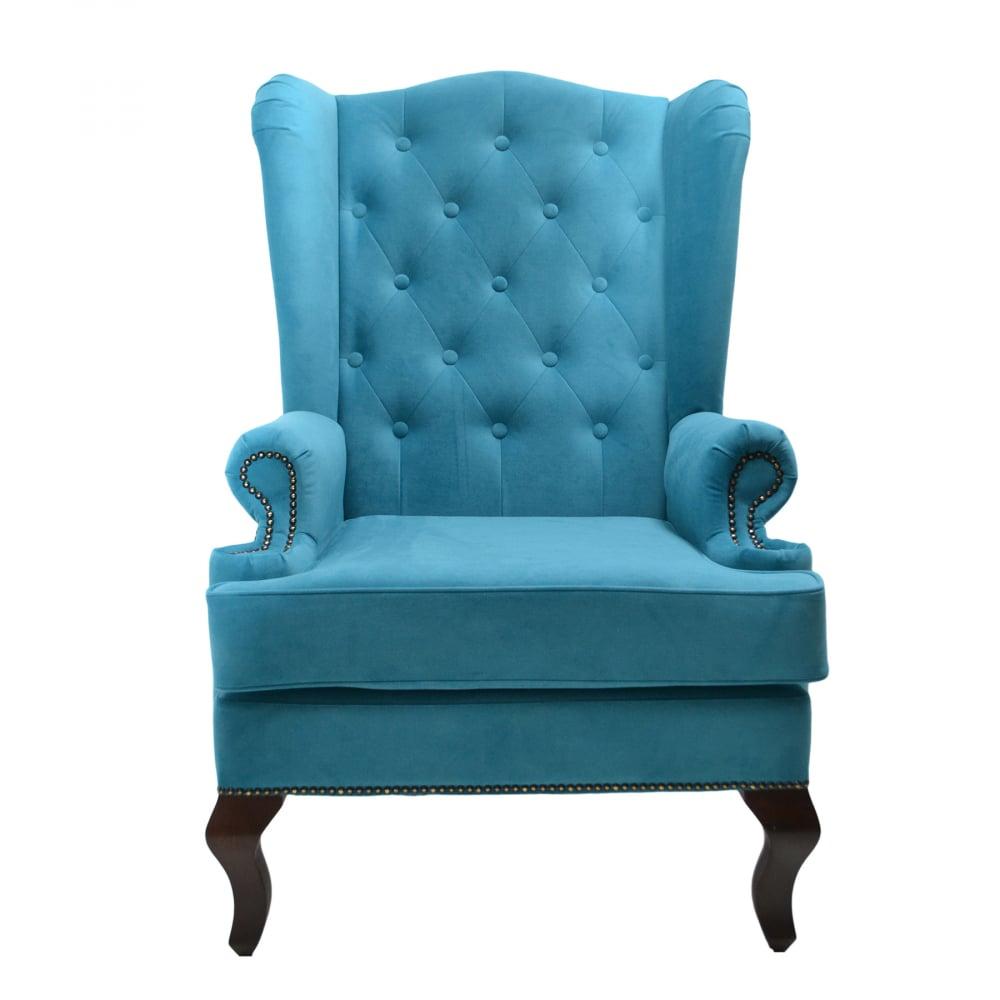 Каминное кресло с ушами Велюр БирюзовыйКресла<br>Каминное кресло – мягкий предмет мебели <br>повышенной комфортности с высокой спинкой, <br>оно рассчитано на отдых возле домашнего <br>очага. Его конструкция, как и много лет назад, <br>почти не изменилась. Каминное кресло с ушами <br>(выступами на уровне головы), имеет каркас <br>из дерева, гнутые ножки и мягкие подлокотники. <br>Впервые такую модель сделали в Англии в <br>XVII веке. Пожилых людей своеобразные крылья <br>уберегали от сквозняков, в гостиной они <br>предохраняли от залетания искр из камина. <br>Отсюда появилось название такой модели <br>– каминное кресло в английском стиле. Еще <br>оно именуется на родине «крылатым», «дедушкиным».<br><br>Цвет: Бирюзовый<br>Материал: Велюр<br>Вес кг: 20<br>Длина см: 73<br>Ширина см: 70<br>Высота см: 110