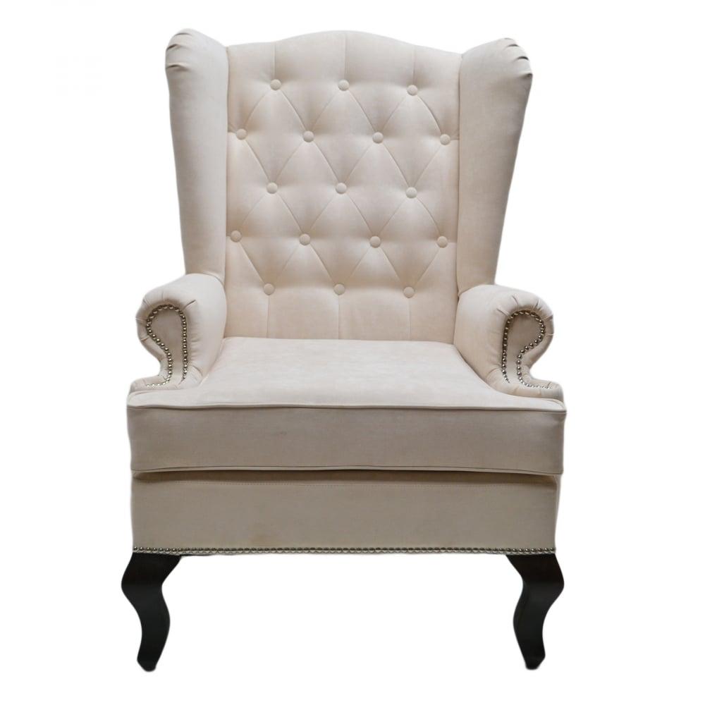 Каминное кресло с ушами Велюр МолочныйКресла<br>Каминное кресло – мягкий предмет мебели <br>повышенной комфортности с высокой спинкой, <br>оно рассчитано на отдых возле домашнего <br>очага. Его конструкция, как и много лет назад, <br>почти не изменилась. Каминное кресло с ушами <br>(выступами на уровне головы), имеет каркас <br>из дерева, гнутые ножки и мягкие подлокотники. <br>Впервые такую модель сделали в Англии в <br>XVII веке. Пожилых людей своеобразные крылья <br>уберегали от сквозняков, в гостиной они <br>предохраняли от залетания искр из камина. <br>Отсюда появилось название такой модели <br>– каминное кресло в английском стиле. Еще <br>оно именуется на родине «крылатым», «дедушкиным».<br><br>Цвет: Молочный<br>Материал: Велюр<br>Вес кг: 20<br>Длина см: 73<br>Ширина см: 70<br>Высота см: 110