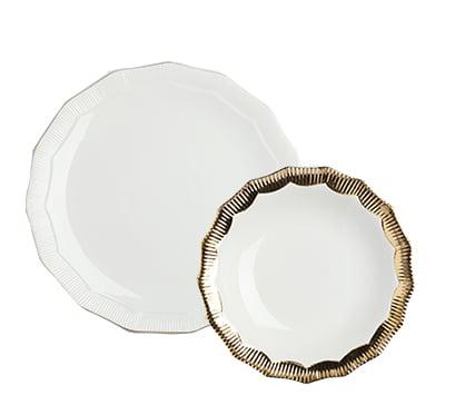Комплект тарелок Marine Hoss GoldКомплекты тарелок<br>Комплект тарелок Maradona выполнен из костяного <br>фарфора. Изысканный декор с элементами <br>минимализма, использованный при производстве <br>этих тарелок, создан по законам красоты <br>и рассчитан на художественный эффект. В <br>комплект входят две тарелки диаметром 28 <br>и 20 см.<br><br>Цвет: Белый, Золото<br>Материал: Костяной фарфор<br>Вес кг: 0,6<br>Длина см: 28<br>Ширина см: 28<br>Высота см: 5