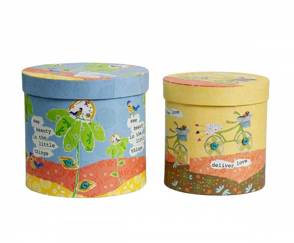Набор круглых коробок Childhood GrandeКоробки и кейсы для хранения<br>Яркий, веселый набор круглых коробок для <br>хранения Childhood Grande непременно освежит ваш <br>интерьер, придаст дому изюминку, наполнив <br>его роскошью и оригинальностью. Аксессуары <br>изготовлены из картона, имеют удобную крышку <br>и, благодаря размерам, позволяют хранить <br>в них мелкие безделушки и дорогие сердцу <br>вещи. Коробочки вы можете приобрести отдельно <br>или в комплекте с предметами декора из той <br>же коллекции.<br><br>Цвет: Разноцветный<br>Материал: Картон<br>Вес кг: 1,1<br>Длина см: 24<br>Ширина см: 24<br>Высота см: 19,7