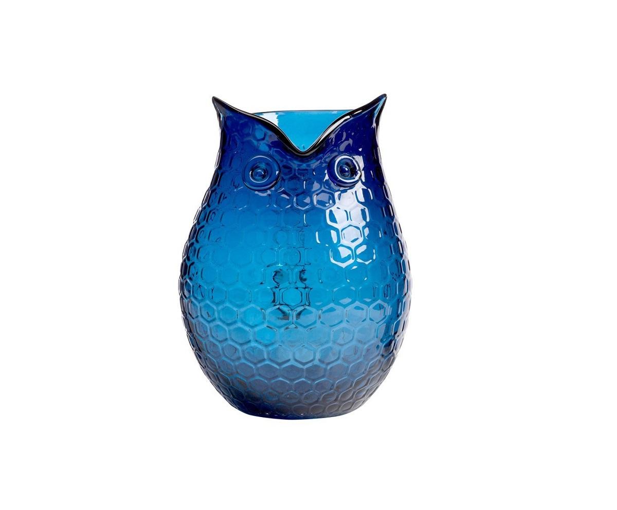 Кувшин Eagle Owl IIДекор для дома<br>Очаровательный элемент декора синий кувшин <br>Сова может стать прекрасным приобретением <br>и любимым кухонным аксессуаром. Благодаря <br>своей изящной форме и приятному сине-голубому <br>цвету, он с легкостью впишется в современный <br>интерьер вашего дома, привнеся в него «изюминку». <br>Кувшин может выполнять как декоративную <br>функцию, если поставить в него живые цветы, <br>так и практическую — напитки в нем будут <br>выглядеть еще более аппетитными.<br><br>Цвет: Голубой, Синий<br>Материал: Стекло<br>Вес кг: 1,5<br>Длина см: 18,5<br>Ширина см: 15,5<br>Высота см: 21