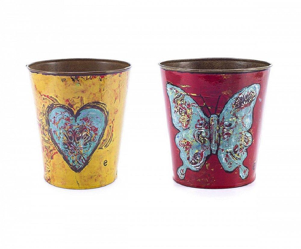 Набор декоративных горшков для цветов Домашний сад<br>Стиль Прованс — это, прежде всего, изобилие <br>живых цветов в доме, однако оформлены они <br>должны быть соответствующим образом. Набор <br>декоративных горшков для цветов Mariposa поможет <br>украсить ваш дом, привнести в него уют, яркость <br>и оригинальность. Изготовлены предметы <br>декора из специально состаренного олова. <br>Каждый горшок имеет свой неповторимый рисунок <br>и цвет, что делает набор более привлекательным <br>и милым.<br><br>Цвет: Разноцветный<br>Материал: Металл<br>Вес кг: 0,3<br>Длина см: 16,5<br>Ширина см: 16,5<br>Высота см: 18,5