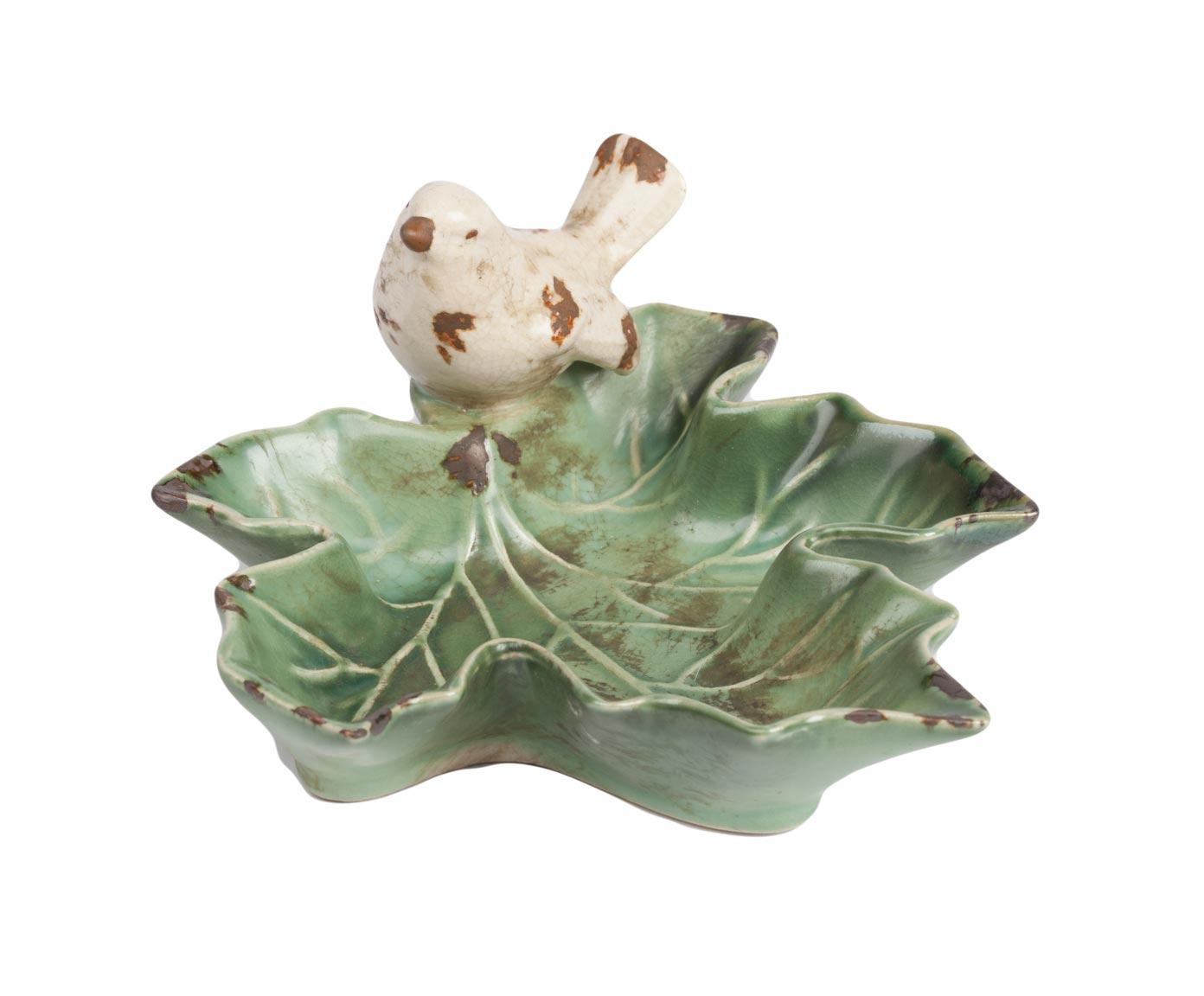 Декоративное блюдце для мелочей LeafДекор для дома<br>Стиль Прованс с каждым днем покоряет и <br>очаровывает все большее количество ценителей <br>классического оформления дома. Декоративное <br>блюдце для мелочей Leaf (Лист), выполненное <br>в виде зелёного листика с сидящей на нем <br>птичкой, идеально впишется в лаконичный, <br>но аристократически изысканный интерьер <br>и поможет создать порядок. Аксессуар изготовлен <br>из керамики и по всей поверхности имеет <br>искусственные потертости, что придаёт ему <br>винтажный вид. Идеально подходит для хранения <br>украшений, ключей и милых безделушек.<br><br>Цвет: Зелёный<br>Материал: Грубая керамика<br>Вес кг: 0,2<br>Длина см: 14