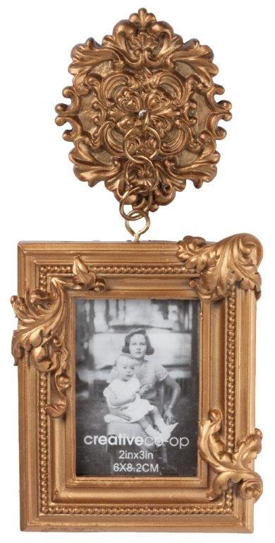Рамка для фотографии ClassiqueФоторамки<br>Оригинальная по своему дизайну фоторамка <br>Classique непременно украсит собой стены вашего <br>дома, привнося в него дополнительный уют, <br>тепло и изысканность. Аксессуар изготовлен <br>из полирезина и имеет бронзовый цвет, что <br>делает его богатым и роскошным на вид. Фоторамка <br>Relique может быть приобретена самостоятельно <br>или в комплекте с предметами декора той <br>же коллекции. Размер фотографии 6*8 см.<br><br>Цвет: Бронза<br>Материал: Полирезин<br>Вес кг: 0,3<br>Длина см: 10<br>Ширина см: 3<br>Высота см: 21