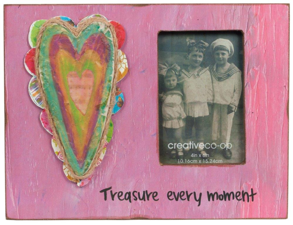 Рамка для фотографии TreasureФоторамки<br>Забавная и милая фоторамка Treasure создана <br>для любителей очаровательных и оригинальных <br>вещей. Изготовленный в стиле «handmade» из высококачественного <br>материала МДФ и декорированный яркими элементами <br>из «подручных» материалов, такой аксессуар <br>способен украсить как комнату взрослых, <br>так и детскую спальню, добавляя интерьеру <br>красок, насыщенности и умиротворенности. <br>Цитата из Библии: Treasure every moment (Дорожите <br>каждым мгновением) — придаёт этому предмету <br>особое значение.<br><br>Цвет: Розовый, Разноцветный<br>Материал: МДФ<br>Вес кг: 0,9<br>Длина см: 30<br>Ширина см: 2<br>Высота см: 23