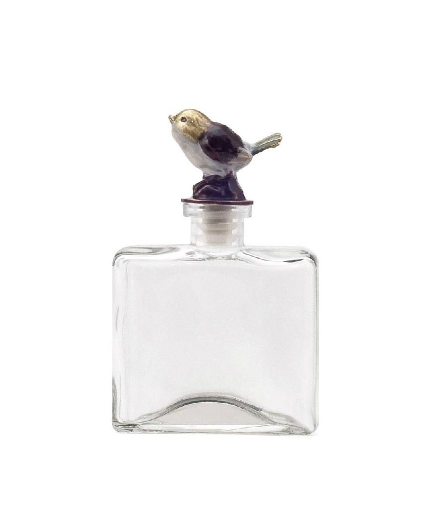 Стеклянный флакон Petit DeboleЕмкости для хранения<br>Изящный стеклянный небольшой по размеру <br>флакон Petit Debole с симпатичной золотистой <br>птичкой на крышечке придется по вкусу милым <br>дамам, которые ценят красоту и роскошь в <br>каждой детали интерьера. Элемент декора <br>может украсить собой комнату в стиле Прованс, <br>наполнить её домашним уютом, а также составить <br>превосходный набор с аксессуарами той же <br>коллекции — Petit Grande, Petit Solito и Petit Forte. Флакончики <br>идеально подойдут для хранения в них вашего <br>любимого парфюма.<br><br>Цвет: Прозрачный<br>Материал: Стекло<br>Вес кг: 0,4<br>Длина см: 9,5<br>Ширина см: 4,5<br>Высота см: 15