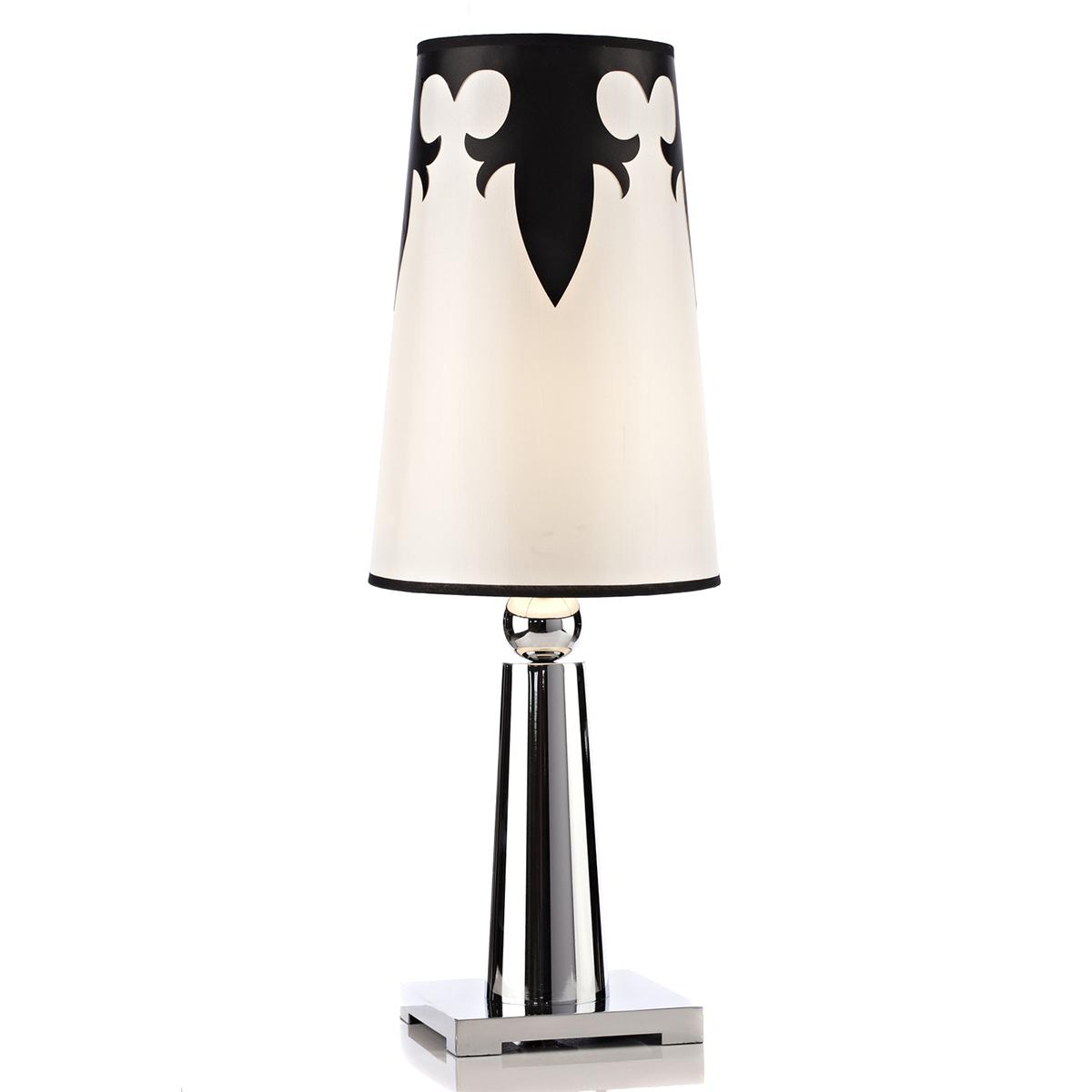 Настольная лампа AtlanticНастольные лампы<br>Настольная лампа Atlantic не просто дает мягкий <br>свет, но и служит в качестве элемента декора. <br>Особенно эффектно такая модель будет смотреться <br>на столе лаконичной формы белого или чёрного <br>цвета, потому что и сама лампа выполнена <br>в чёрно-белой гамме. Основание и ножка лампы <br>сделаны из хромированного металла, абажур <br>— из ткани и украшен фигурными узорами.<br><br>Цвет: Белый, Чёрный, Серебро<br>Материал: Ткань, Металл<br>Вес кг: 3,7<br>Длина см: 25<br>Ширина см: 25<br>Высота см: 70