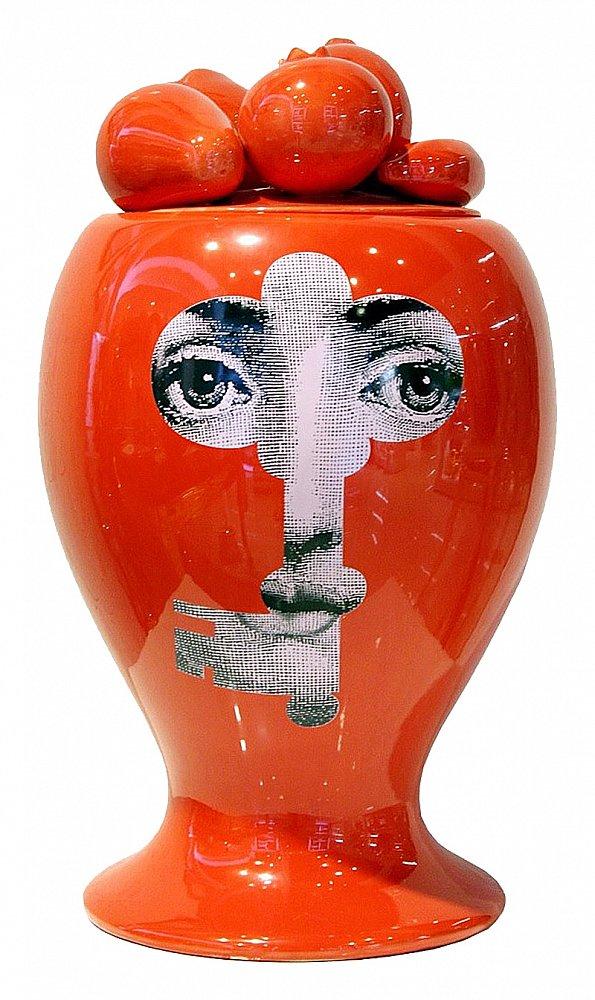 Декоративная ваза с крышкой Пьеро Форназетти Вазы<br>Очаровательная и оригинальная декоративная ваза с крышкой Raccolto Red — это настоящее произведение искусства прямо у вас дома. Аксессуар создан под вдохновением творчества итальянского художника Пьеро Форназетти (Piero Fornasetti) и его коллекции «Лица», посвященной талантливой актрисе Лине Кавальери. Причудливая и милая крышка, необычная форма аксессуара и цветовое решение делают его поистине роскошным и дорогим.<br><br>Цвет: Красный, белый<br>Материал: Фарфор<br>Вес кг: 7<br>Длинна см: 58<br>Ширина см: 58<br>Высота см: 30