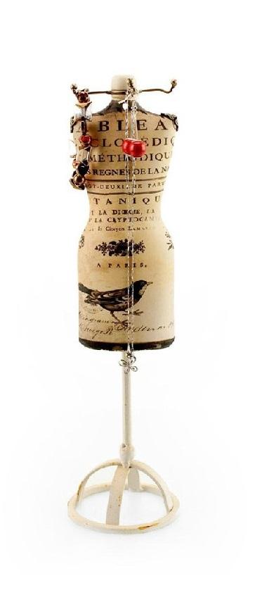 Репродукция манекена EnglandШкатулки и подставки для украшений<br>Репродукция манекена England — это оригинальный <br>и ультрамодный держатель для ваших драгоценностей, <br>который станет главным украшением как спальни, <br>так и любой другой комнаты. Специальные <br>крючки, которыми оснащен аксессуар, дают <br>возможность повесить серьги, цепочки, браслеты, <br>а изысканная неброская расцветка позволяет <br>репродукции удачно вписаться в любой интерьер. <br>Пусть ваш дом будет наполнен роскошью и <br>лоском!<br><br>Цвет: Бежевый, Чёрный<br>Материал: Полирезин, Металл<br>Вес кг: 0,6<br>Длина см: 20<br>Ширина см: 9<br>Высота см: 38